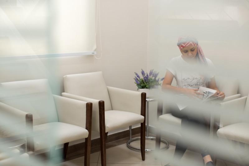 Paciente de tratamento de câncer aguarda atendimento